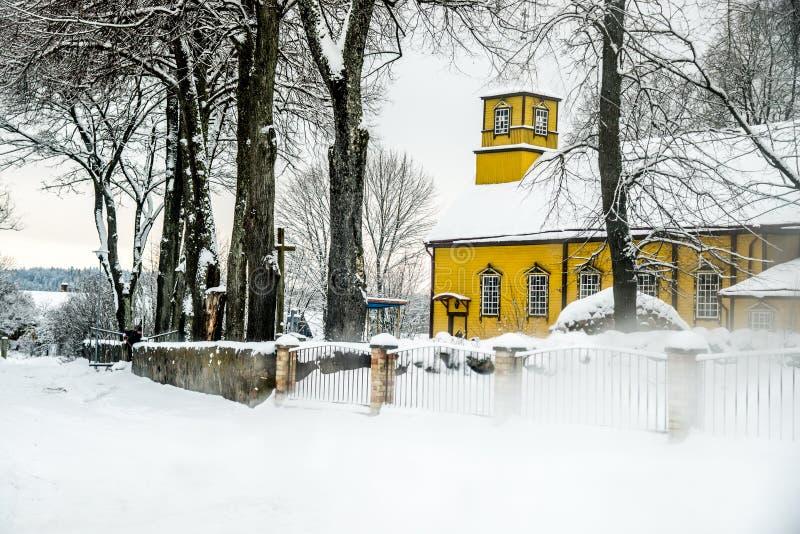 Houten kerk in Litouws platteland royalty-vrije stock afbeelding