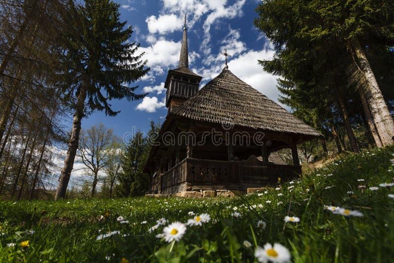 Houten Kerk van Calinesti-dorp, Maramures stock afbeelding