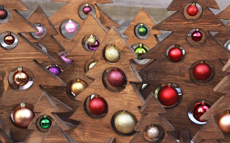 Houten Kerstmisbomen met multi gekleurde ballen stock afbeelding