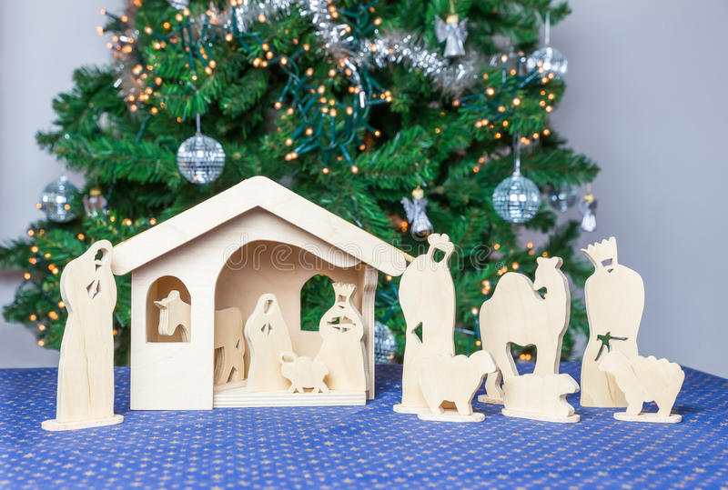 Houten Kerstmisstal met godsdienstige bijbelbeeldjes stock afbeeldingen