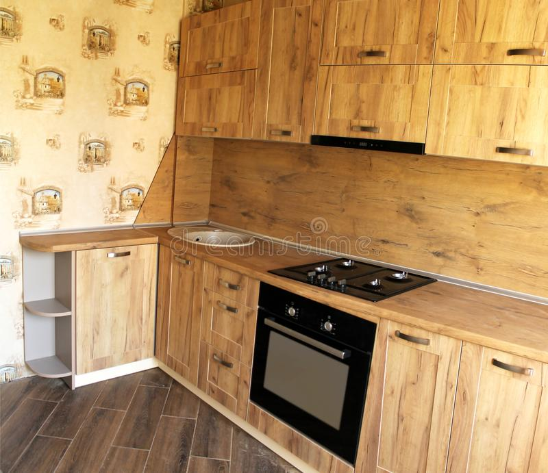 Houten keuken Het binnenlandse ontwerp van de eetkamer stock afbeelding
