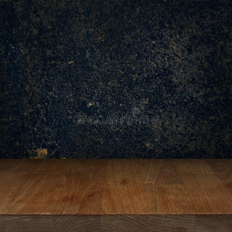 Houten keuken hoogste lijst met donkere steenachtergrond royalty-vrije stock afbeelding