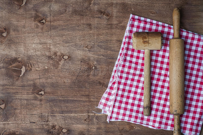 Houten keukenpunten op een rode servet, een deegrol en een hamer voor stock foto's