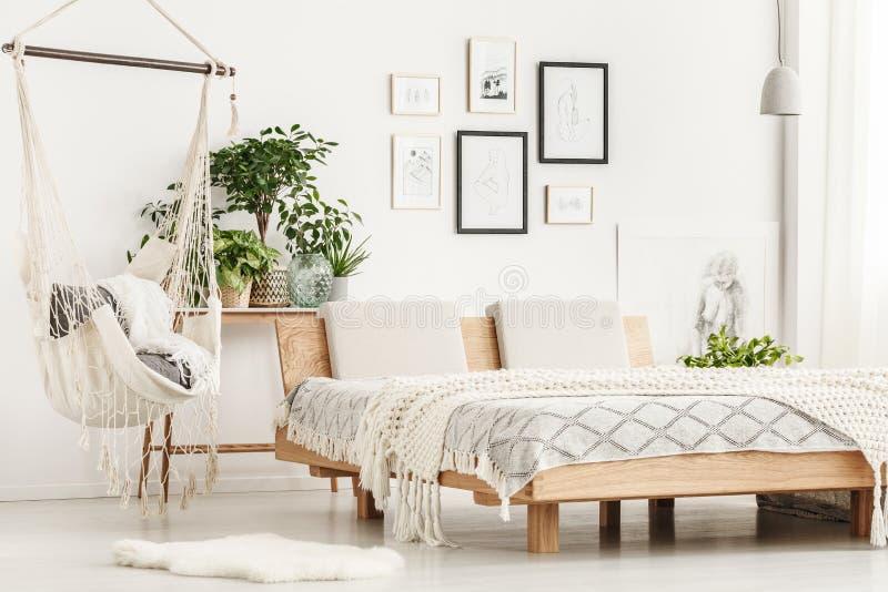 Houten kingsize bed in slaapkamer stock foto's