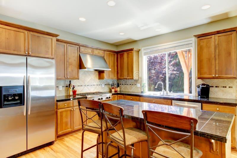 Houten klassieke grote keuken met granieteiland. royalty-vrije stock fotografie