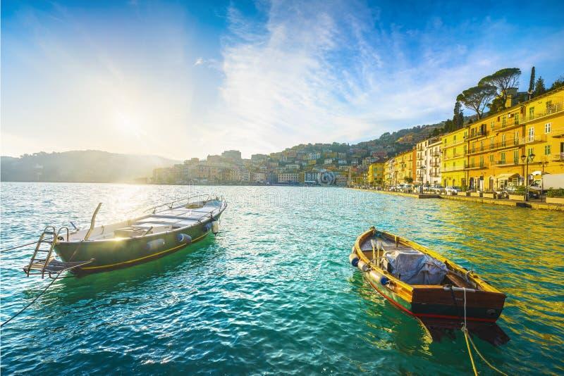 Houten kleine boten in Porto Santo Stefano, oevers van de zonsopgang Argentario, Toscane, Italië stock foto