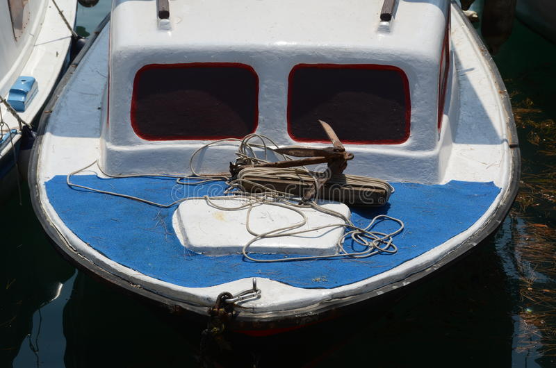 Houten, kleine die jacht of vissersboot aan de kust wordt vastgelegd stock fotografie