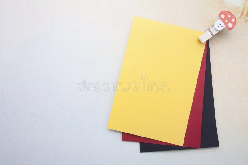 Houten klemmen en stickynote stock foto