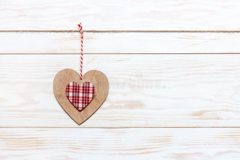 Houten kleurrijk hart op kabel Concept voor de Dag van Valentine, huwelijk, overeenkomst en andere romantische gebeurtenissen Hoo stock afbeeldingen