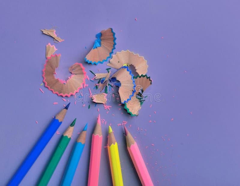 houten kleurrijke die potloden op gekleurde document achtergrond worden gescherpt royalty-vrije stock foto