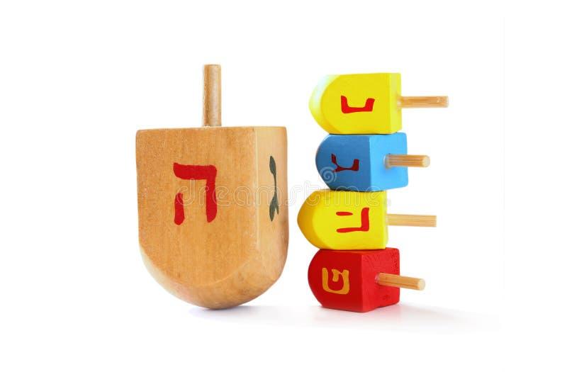 houten kleurrijke dreidels (tol) voor hanukkah Joodse die vakantie op wit wordt geïsoleerd royalty-vrije stock fotografie