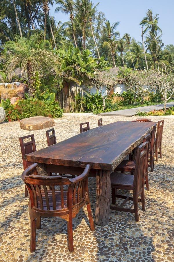 Houten koffielijst en stoelen op een tropisch strand, Thailand Het concept van de vakantie stock afbeeldingen