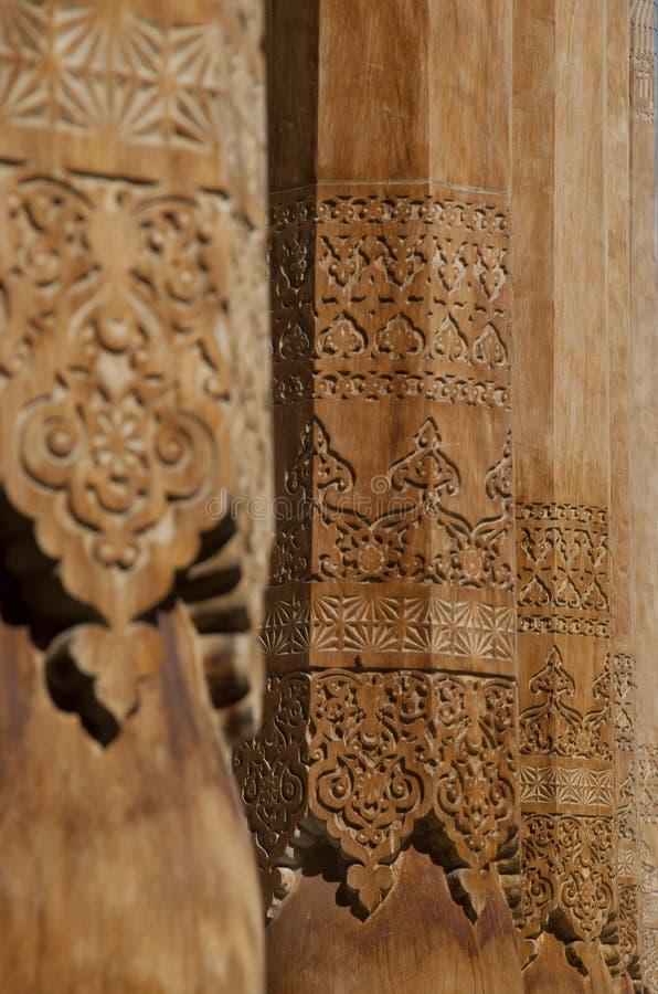 Houten kolommen met bekwame gravure stock afbeeldingen