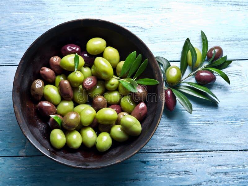 Houten komhoogtepunt van olijven en olijftakjes royalty-vrije stock foto