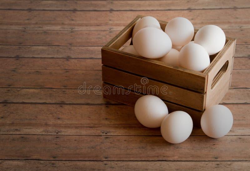 Houten Krat van Verse Eieren op een houten plankraad als achtergrond royalty-vrije stock afbeelding