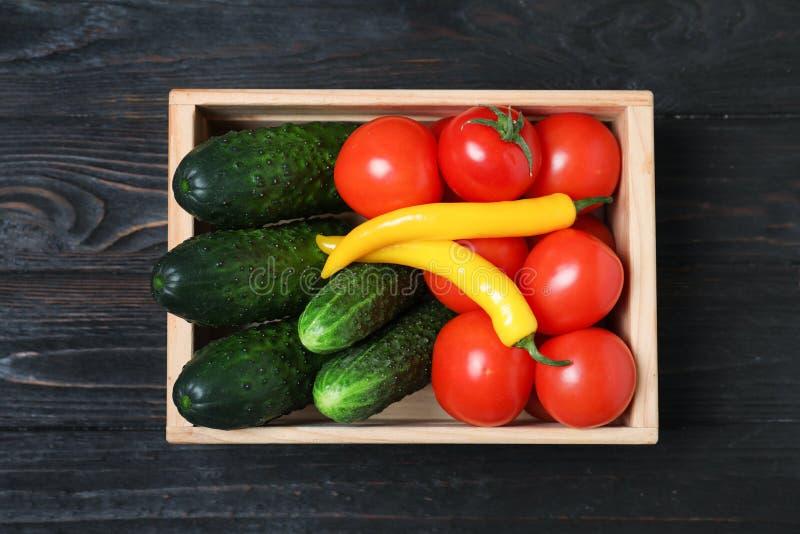 Houten krathoogtepunt van verse groenten op donkere achtergrond royalty-vrije stock foto's