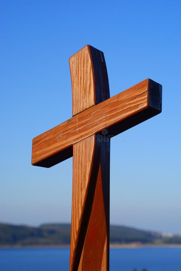 Houten kruis in blauwe hemel stock foto