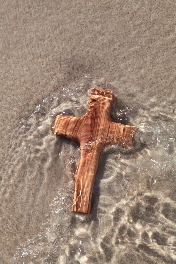 Houten kruis in overzees - kaart voor het rouwen stock fotografie