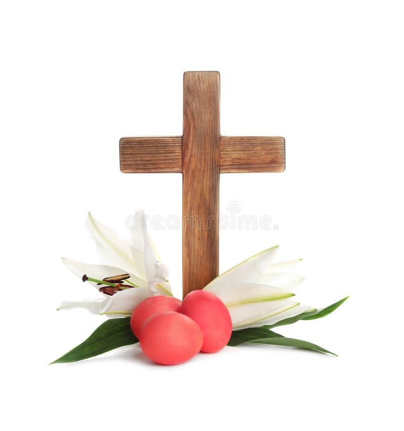 Houten kruis, paaseieren en bloesemlelies stock foto