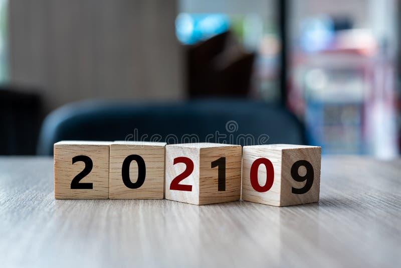 Houten kubus met tik over blok het woord van 2019 tot van 2020 op lijstachtergrond Resolutie, strategie, oplossing, doel, zaken,  stock afbeeldingen