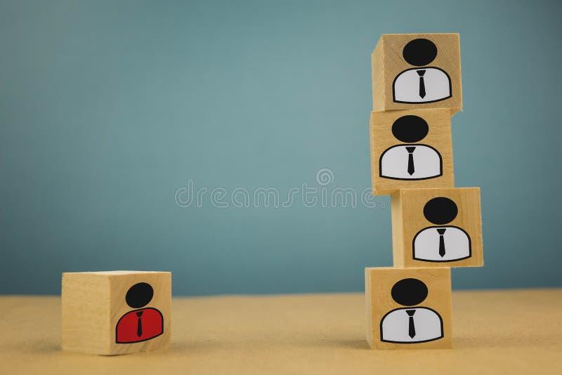 houten kubussen in de vorm van werkgevers en ondergeschikten, personeelsondergeschiktheid op een blauwe achtergrond stock afbeelding