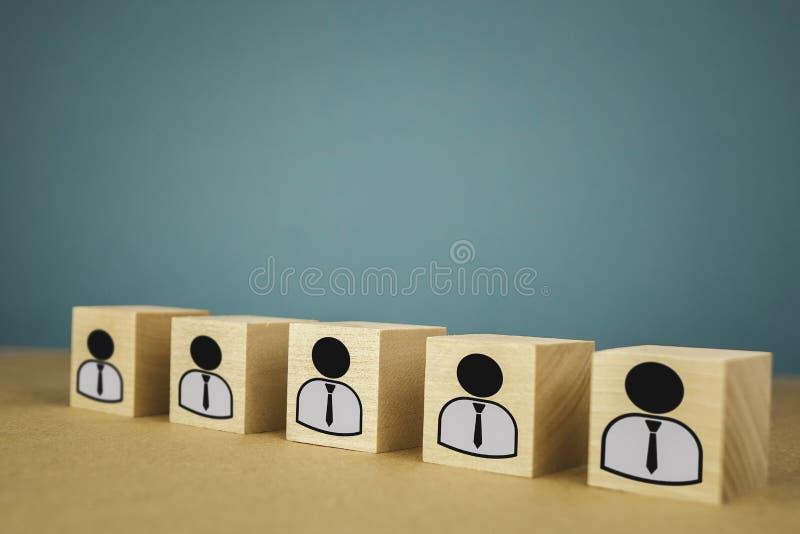 houten kubussen die, loonarbeiders zich op een rij bevinden die betekenen die zich in ??n lijn, abstractie op een blauwe achtergr royalty-vrije stock foto's