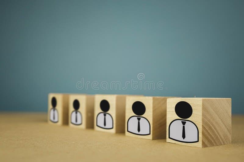 houten kubussen die, loonarbeiders zich op een rij bevinden die betekenen die zich in ??n lijn, abstractie op een blauwe achtergr stock afbeelding