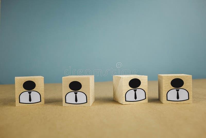 houten kubussen die, loonarbeiders zich op een rij bevinden die betekenen die zich in ??n lijn, abstractie op een blauwe achtergr royalty-vrije stock afbeelding