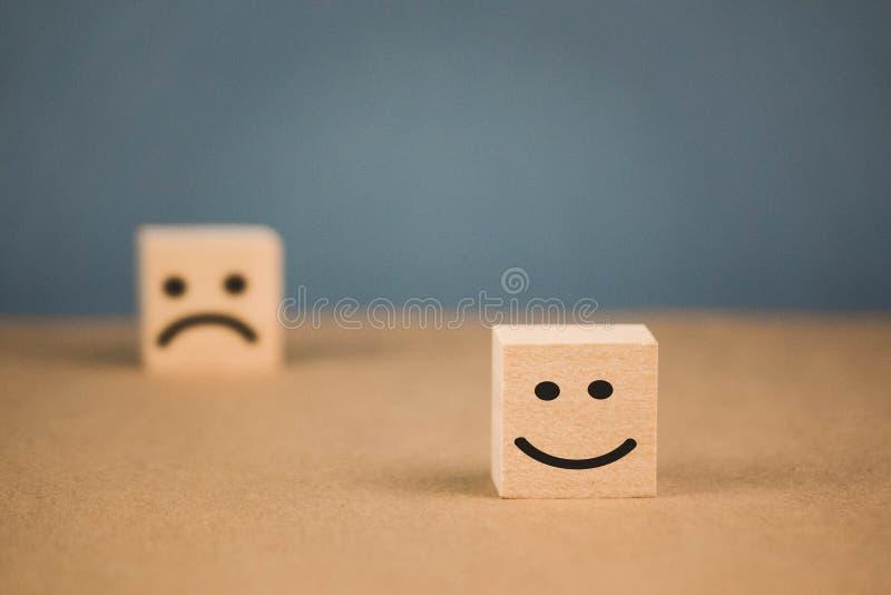 houten kubussen met het glimlachen emoticons en droevige  royalty-vrije stock afbeeldingen