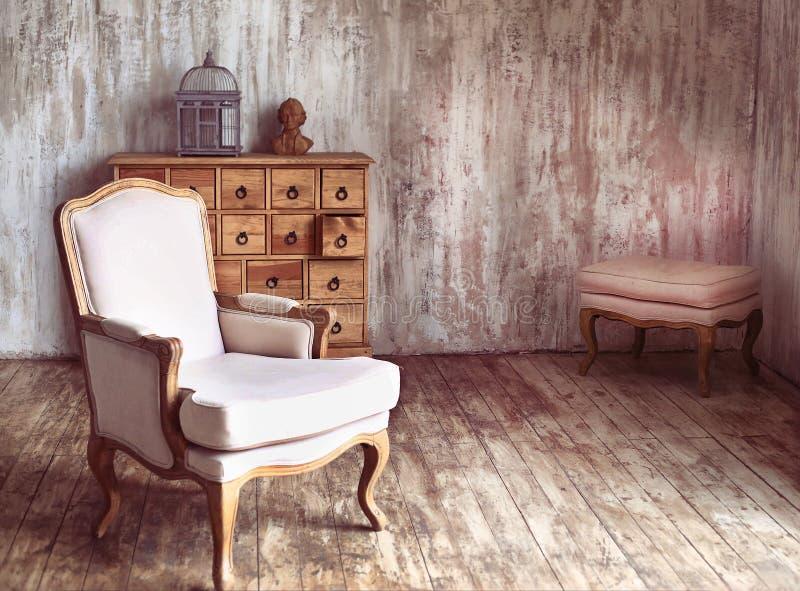 Houten ladenkast in sjofele gestileerde ruimte stock afbeelding