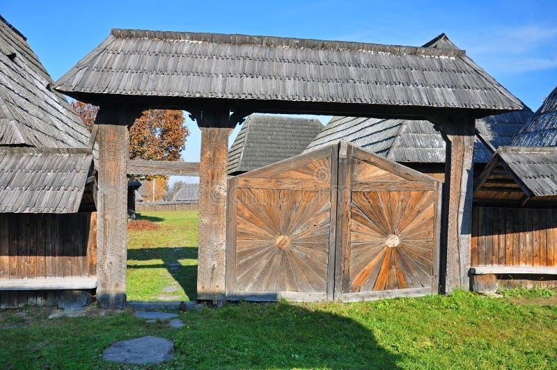 Houten landelijke poort stock afbeeldingen