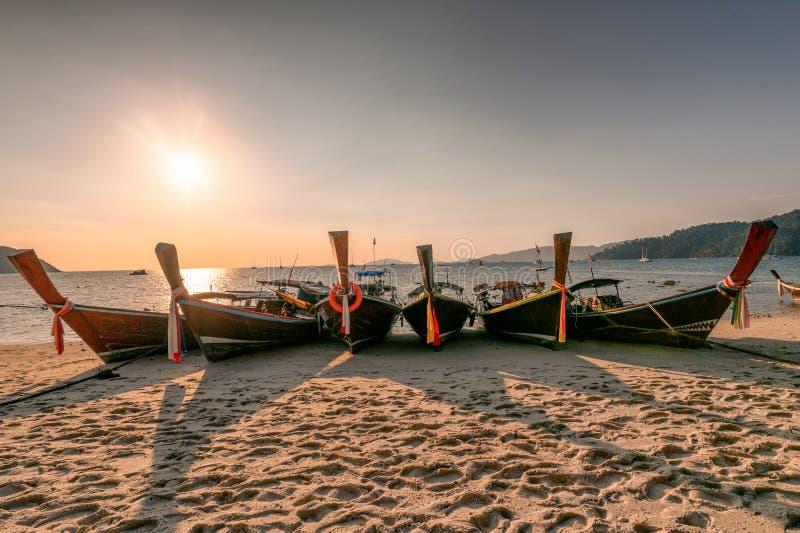 Houten lang-staartboot die op het strand in lipeeiland wordt verankerd stock foto's