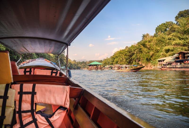 Houten lang-staartboot die in tropisch regenwoud op rivierkwai varen royalty-vrije stock foto's