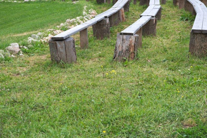 Houten lange bank op de achtergrond van groen gras royalty-vrije stock foto's