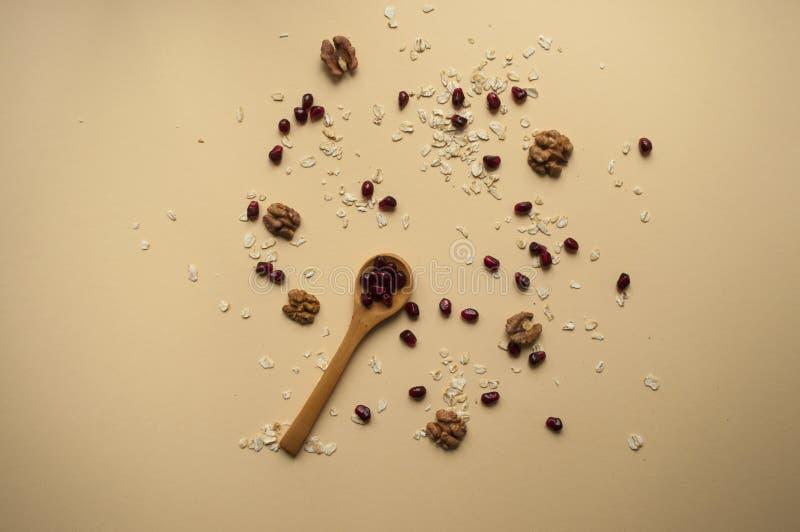 Houten lepel en gezonde ontbijtingrediënten rond royalty-vrije stock fotografie
