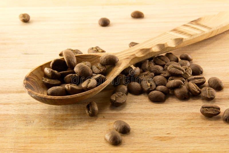 Houten lepel en koffie aan boord royalty-vrije stock afbeelding