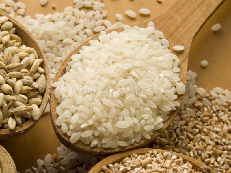 Houten lepel met rijst stock foto
