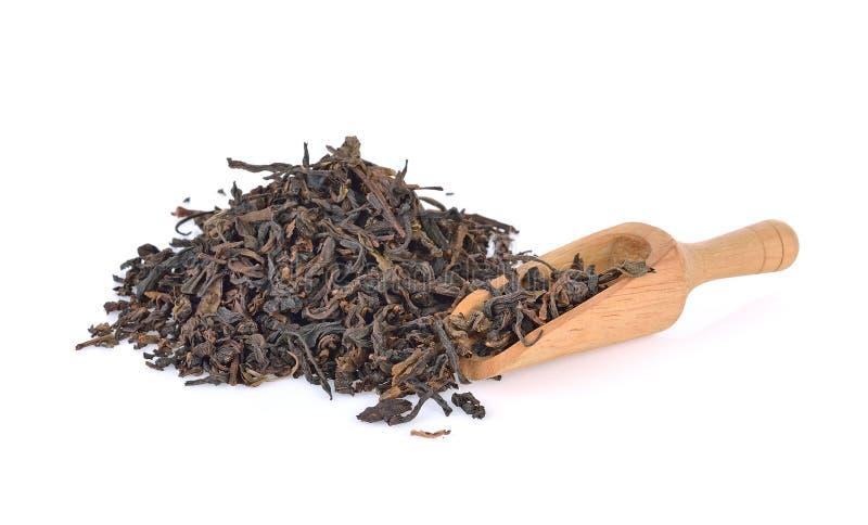Houten lepel met zwarte thee met blad op wit royalty-vrije stock fotografie