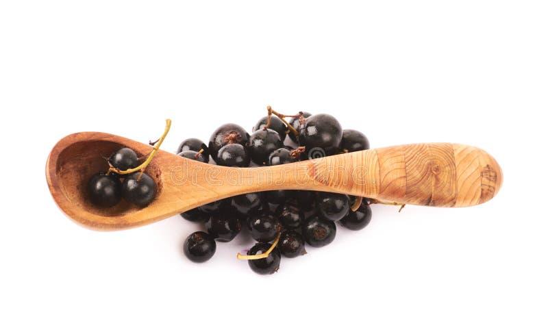 Houten lepel van zwarte bes stock afbeelding