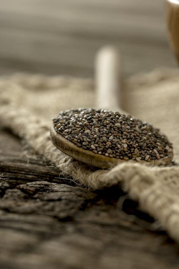 Houten lepelhoogtepunt van gezonde voedzame chiazaden stock foto's