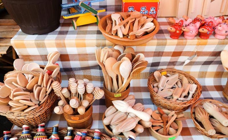 Houten lepels en ander keukengerei in Dolac, centrale die landbouwers\ 'markt in Gornji Grad wordt gevestigd zagreb royalty-vrije stock afbeelding