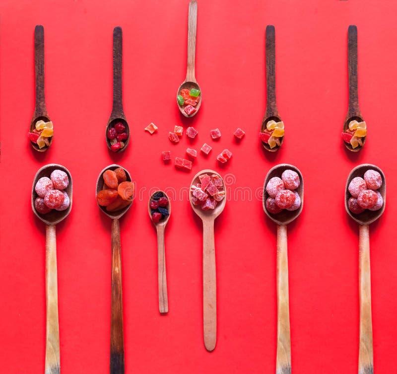 Houten lepels met droge vruchten en geglaceerd Het concept biologische producten of oosterse snoepjes stock foto's