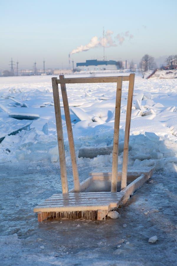 Houten Leuning Voor Komst In Het Water Van Het Ijsgat Stock Afbeelding