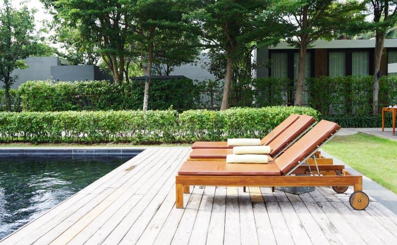 Gallery of excellent download houten ligstoel stock for Ligstoel buiten