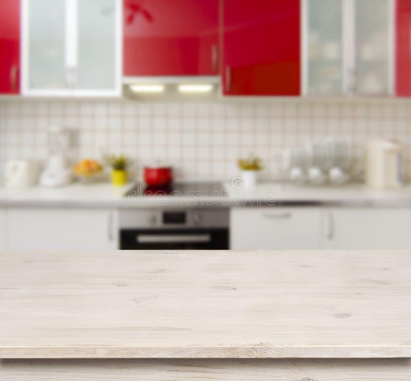 Houten lijst aangaande de rode moderne binnenlandse achtergrond van de keukenbank