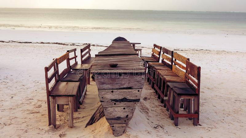 Download Houten Lijst En Stoelen Op Het Strand Meubilair Voor Het Lounging Stock Foto - Afbeelding bestaande uit levensstijlen, landschap: 107700476