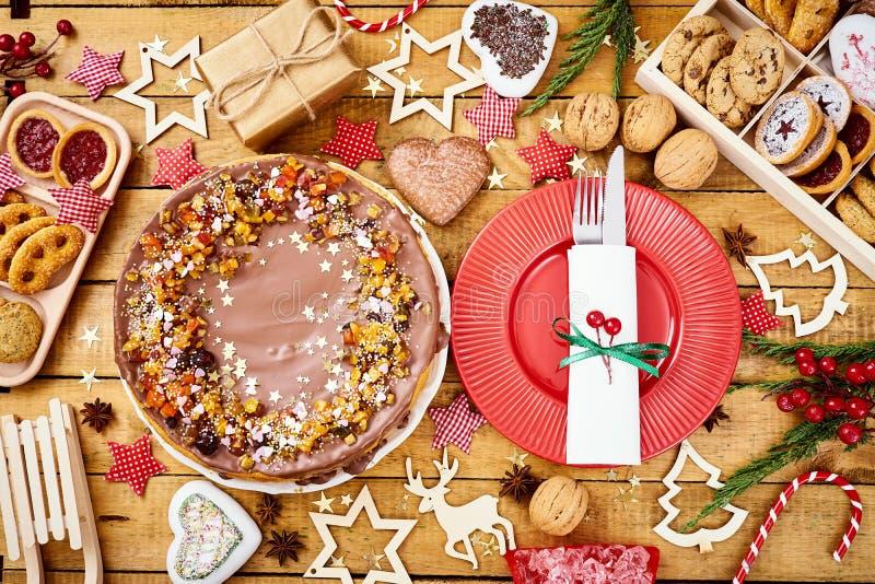 Houten lijst met de heerlijke decoratie van de Kerstmiscake en verschillende koekjes stock afbeelding