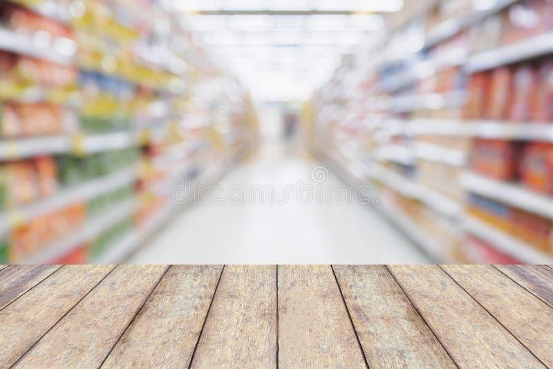 Houten lijst met de Lege planken van de Supermarktdoorgang stock foto