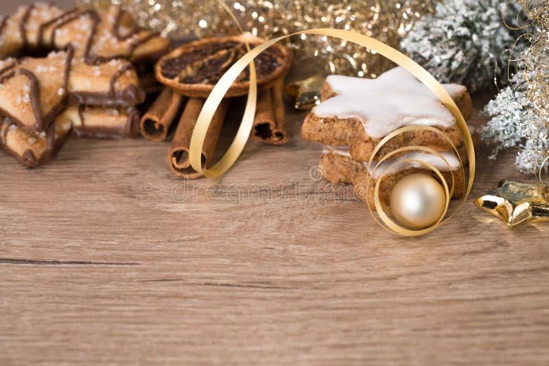 Houten lijst met Kerstmisdecoratie en boterkoekjes royalty-vrije stock afbeelding