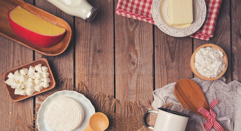 Houten lijst met melk en kaasproducten Gezond het Eten Concept Plaats voor tekst Mening van hierboven stock foto's